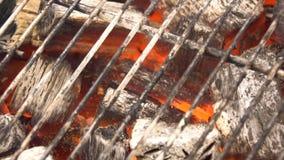 Carvão vegetal quente de incandescência na grade Pit With Flames do BBQ, close-up Os carvões ardentes fecham-se acima imagem de stock