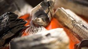 Carvão vegetal quente de incandescência na grade Pit With Flames do BBQ Fundo ardente de carvões fotografia de stock