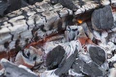 Carvão vegetal quente na grade no jardim fotos de stock royalty free