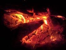 Carvões alaranjados que queimam-se no fogo fotos de stock royalty free