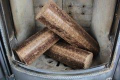 Carvões amassados de madeira duros no fogão fotos de stock royalty free