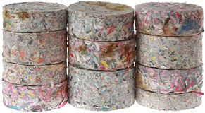 Carvões amassados de papel isolados no fundo branco imagens de stock