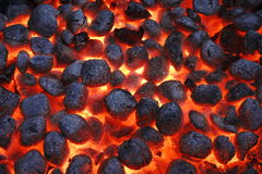 Carvões amassados de Pit With Glowing Hot Charcoal da grade do BBQ, close up fotografia de stock