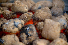 Carvões amassados do carvão vegetal imagens de stock