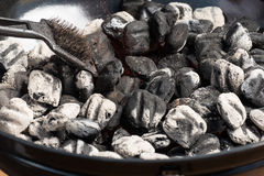 Carvões amassados quentes do carvão vegetal imagem de stock royalty free