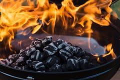 Carvões amassados quentes do carvão vegetal foto de stock royalty free