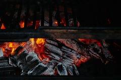 Carvões ardendo sem chama na grade Fundo estrutural fotos de stock