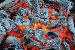 Carvões ardentes antes de grelhar fotografia de stock royalty free
