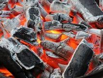 Carvões ardentes antes de grelhar fotos de stock royalty free