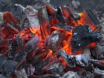 Carvões ardentes após o cozimento na grelha fotos de stock
