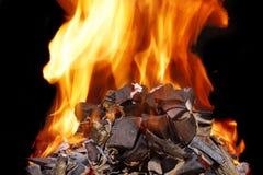 Carvões ardentes, chama brilhante com faíscas fotografia de stock