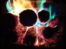 Carvões ardentes coloridos fotografia de stock