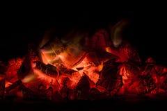 Carvões ardentes com chamas do fogo fotos de stock
