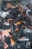 Carvões ardentes do fogo foto de stock