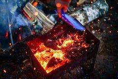 Carvões ardentes e faíscas que saem da grade imagem de stock