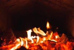 Carvões ardentes em uma fornalha, fotos de stock royalty free