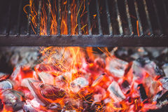 Carvões ardentes na grade foto de stock