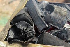 Carvões ardentes para um fim do no espeto acima fotos de stock