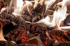 Carvões brancos da lenha ardente no fundo da chaminé imagens de stock royalty free