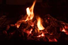 Carvões de carvão ardente imagens de stock