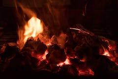 Carvões de carvão ardente fotos de stock royalty free