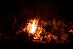Carvões de carvão ardente imagem de stock