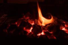 Carvões de carvão ardente imagem de stock royalty free