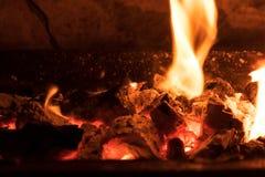 Carvões de carvão ardente imagens de stock royalty free