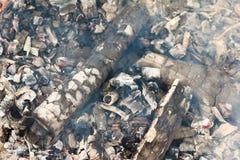 Carvões de incandescência vermelhos do fogo com fumo fotos de stock royalty free