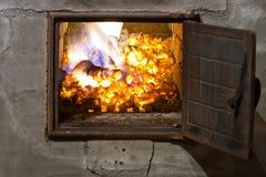 Carvões de madeira ardentes em uma fornalha imagens de stock royalty free