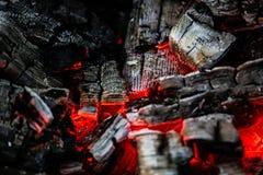 Carvões de queimadura da madeira como um fundo imagem de stock royalty free