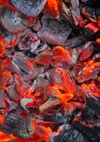 Carvões de queimadura, grade quente do carvão vegetal, cozinhando a carne em carvões ardentes fotografia de stock