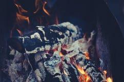 Carvões de queimadura na grade/carvão vegetal ardente na grade do carvão vegetal foto de stock