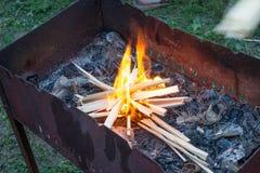 Carvões de queimadura no fireplase fotografia de stock royalty free