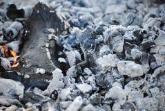 Carvões de um fogo extinto fotos de stock