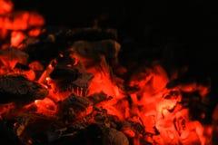 Carvões do fogo vermelho na chaminé fotos de stock royalty free