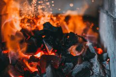 Carvões dos ferreiros que queimam-se para o trabalho do ferro foto de stock