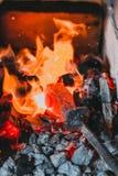 Carvões dos ferreiros que queimam-se para o trabalho do ferro fotos de stock
