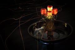 Carvões e faíscas quentes do cachimbo de água Imagens de Stock