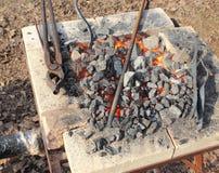 Carvões e ferramentas do ferreiro fotos de stock
