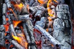 Carvões e fogo fotografia de stock