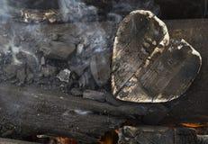 Carvões em um fogo, carvão sob a forma dos corações fotos de stock