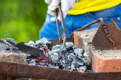 Carvões na forja no ar livre foto de stock