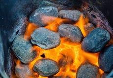 Carvões no fogo fotografia de stock