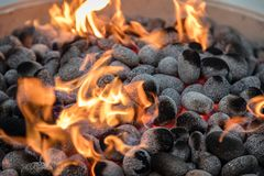 Carvões no fogo com vermelho quente de incandescência entre eles imagem de stock royalty free