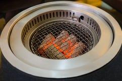 Carvões que queimam-se prontos para o assado imagens de stock royalty free