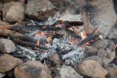 Carvões quentes de incandescência em um fogo de madeira foto de stock