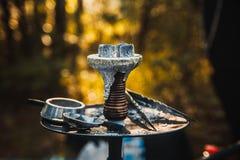 Carvões quentes do cachimbo de água na bacia do metal Foto de Stock