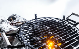 Carvões quentes em um BBQ fora no inverno imagens de stock royalty free