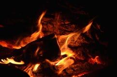 Carvões quentes em uma chaminé exterior foto de stock royalty free